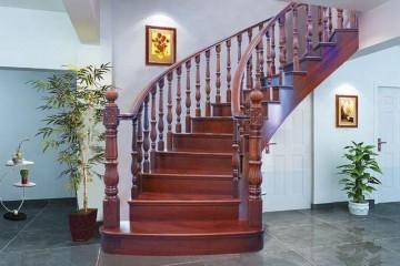 老木工一边装修一边讲实木楼梯有那些选材技巧和该怎么保养