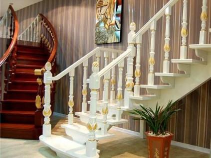 木质楼梯踩上去吱吱响太尴尬,这下终于找到解决办法了!非常简单