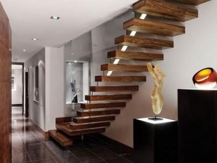 家里的木楼梯这样做,踩上二十年也不会开裂!